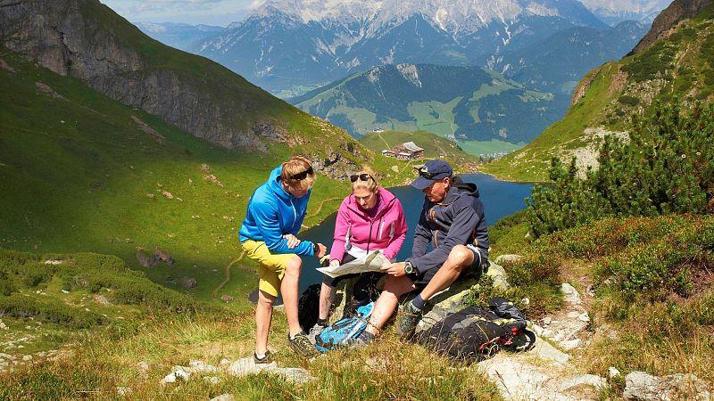 hd-wanderer-oberhalb-des-wildseelodersees-in-fieberbrunn©kitzbueheleralpenpillerseetal