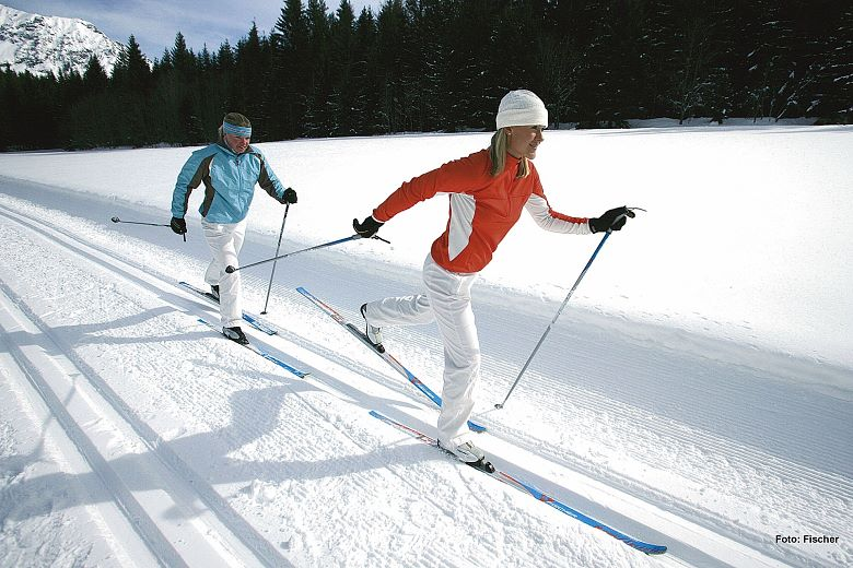 kam-000198-zwei-langlaeuferinnen-in-der-loipe-archiv-fischer-ski-1