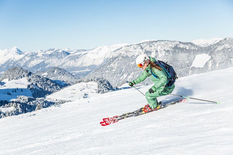 skifahrerin-in-der-region-kitzbueheler-alpen-brixentalmirjageh